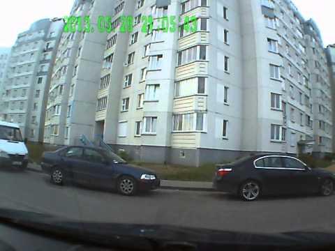 Мужик царапает машины