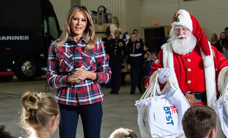 Мелания Трамп с детьми военнослужащих подготовила рождественские подарки для малоимущих семей