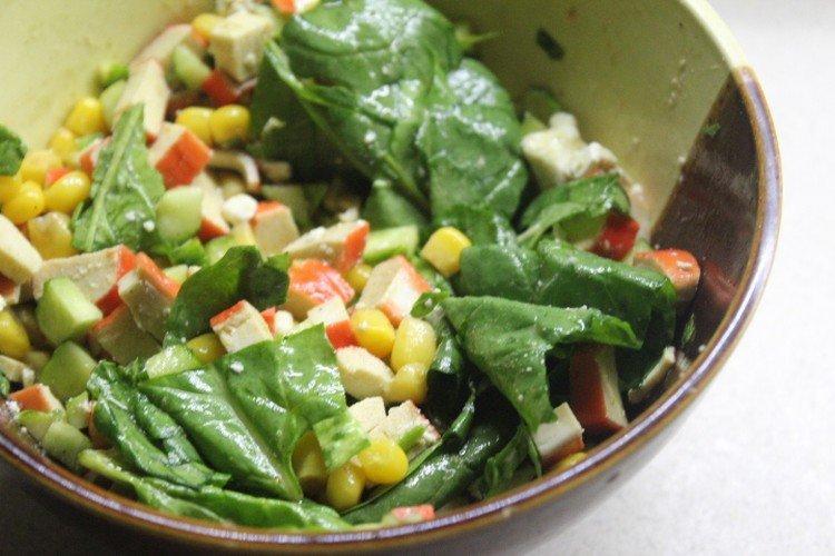 Крабовый салат со шпинатом