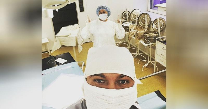 Врач отвлекся от операции, чтобы сделать селфи. Теперь так делают врачи по всей стране