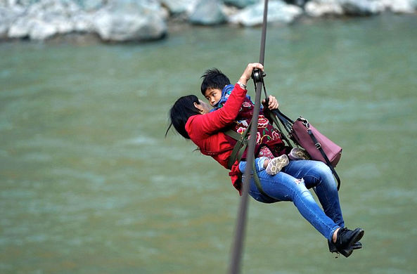 Жители китайской деревни ежедневно рискуют жизнью, чтобы добраться до магазина