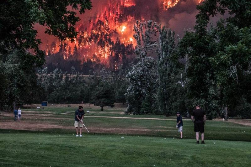 Гольф во время чумы: игроки на фоне лесного пожара в США