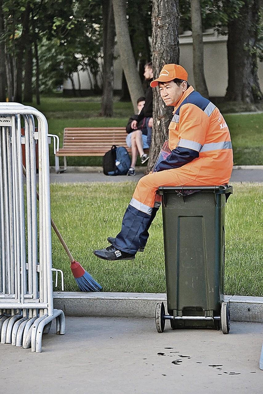 Свежий воздух, умеренные физические нагрузки - что еще нужно гастарбайтеру в Москве? Фото: Владимир ВЕЛЕНГУРИН