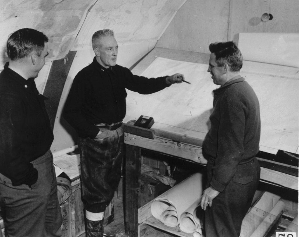 Ричард Бёрд (в центре) на антарктической станции Little America IV.