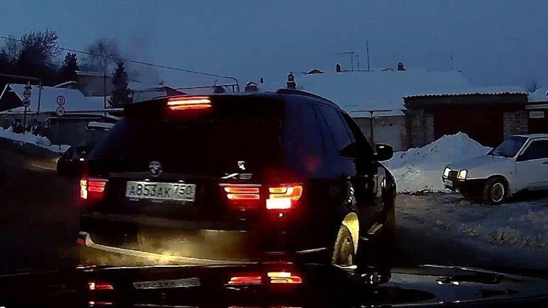 В Саратове конфликт на дороге закончился опрокидыванием одного из автомобилей bmw, авария, авто, автохам, быдло, видео, дтп, конфликт на дороге