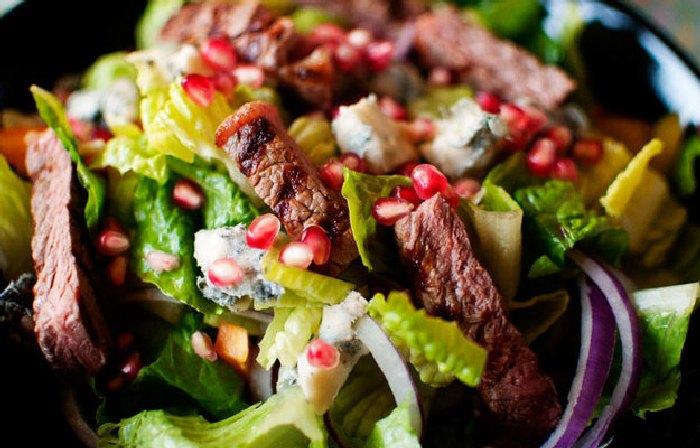 Мясной салат с луком и зёрнами граната.  Фото: smarteda.net.