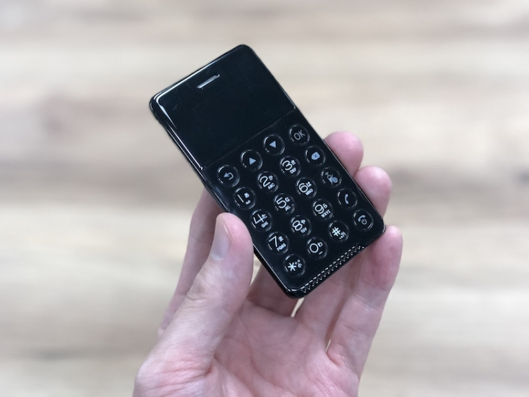 В Японии представлен смартфон NichePhone-S размером с кредитную карту