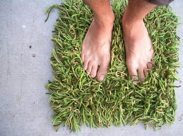 Вязаный коврик-газон