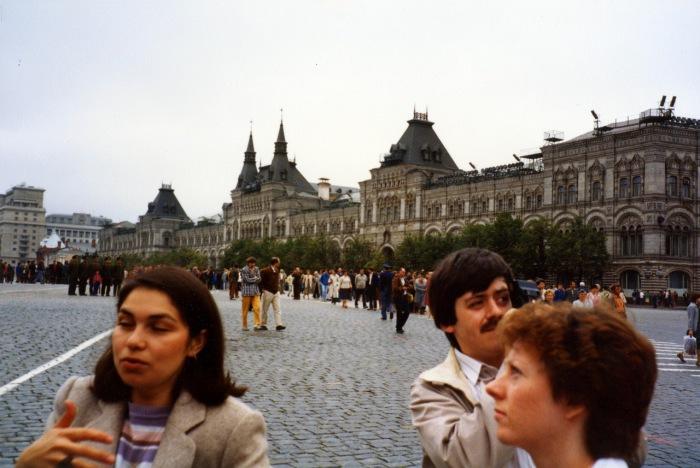 Туристы возле Государственного универсального магазина. СССР, Москва, 1985 год.