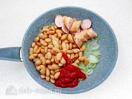 Быстрое лобио из белой фасоли с сосисками: Добавить к луку остальные ингредиенты