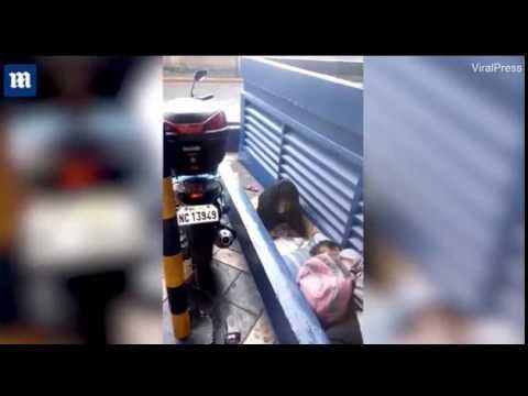 Бездомная девочка делает уроки под проливным дождем, чтобы выучиться и выбраться из нищеты