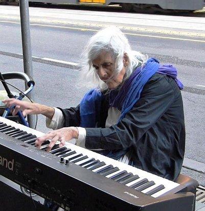 Необычная судьба и талант уличной пианистки