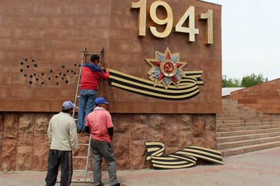 В Шымкенте с Обелиска Славы снимают гвардейские ленты