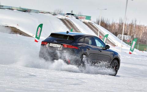 Проводим зиму за рулем Jaguar E-Pace