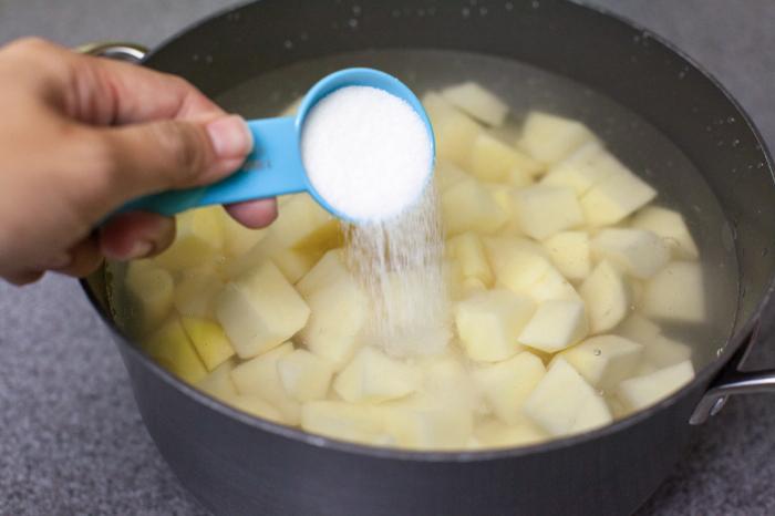 Посолив блюдо наспех, можно получить совершенно невкусную пищу. /Фото: thepioneerwoman.com