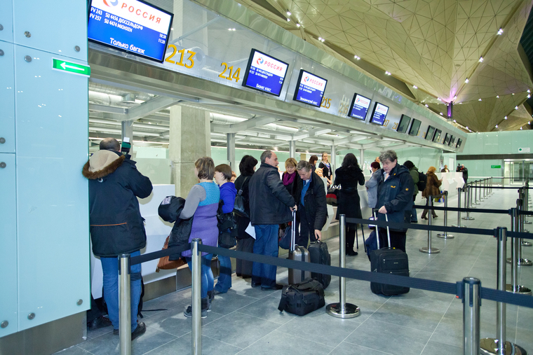 А избиратели ждали: В аэропорту Петербурга депутат украл у пассажира сумку с деньгами