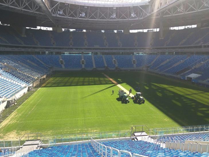 """""""Кукурузу сажать будут"""": На новом стадионе в Петербурге начали снимать газон"""