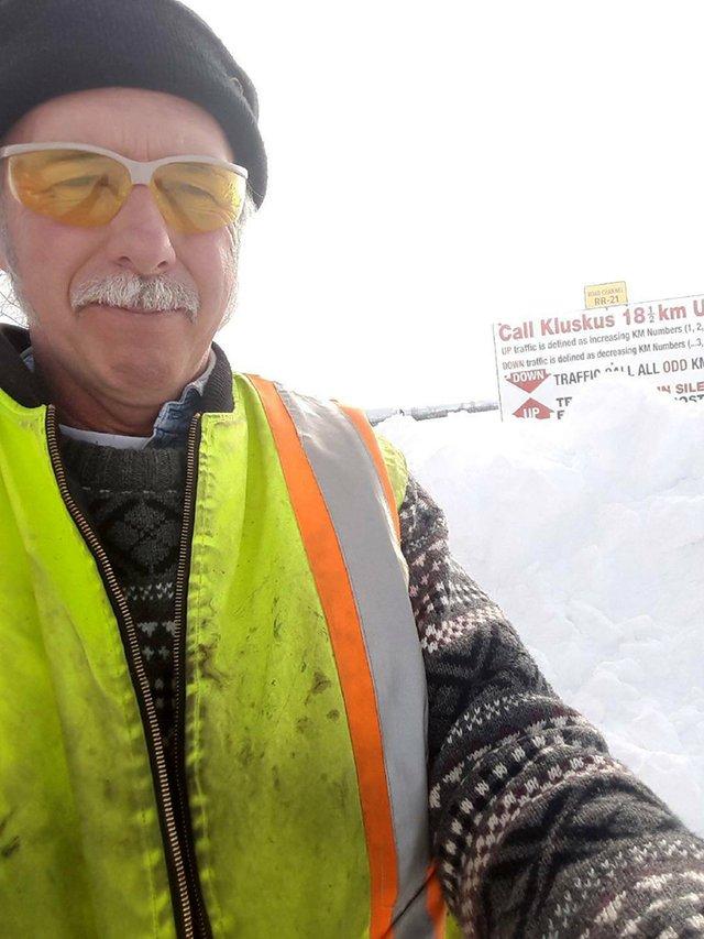 Три ноги торчало из-под снежной глади… Мужчина остановил грузовик и принялся копать