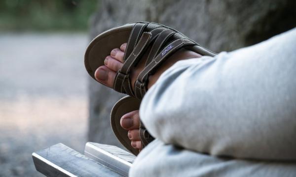 Жителей Волгограда шокировал молодой человек в сандалиях в конце октября