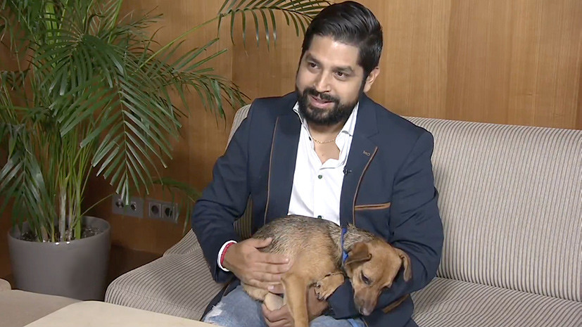 «К встрече с Бусинкой готовился три недели»: перуанский болельщик прилетел в Москву за спасённой собакой