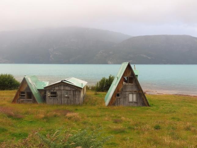 Домики возле мраморного озера Lago General Carrera в Патагонии