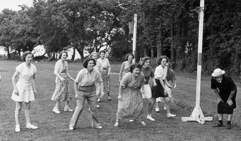 12. Игра в футбол, ориентировочно 1950 женщины из прошлого, история, фото