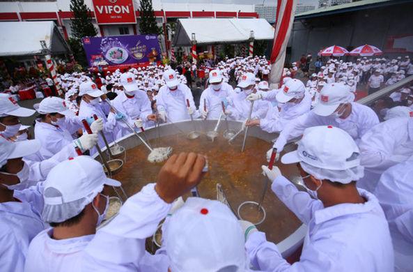 Вьетнамские повара установили рекорд, сварив полторы тонны супа фо