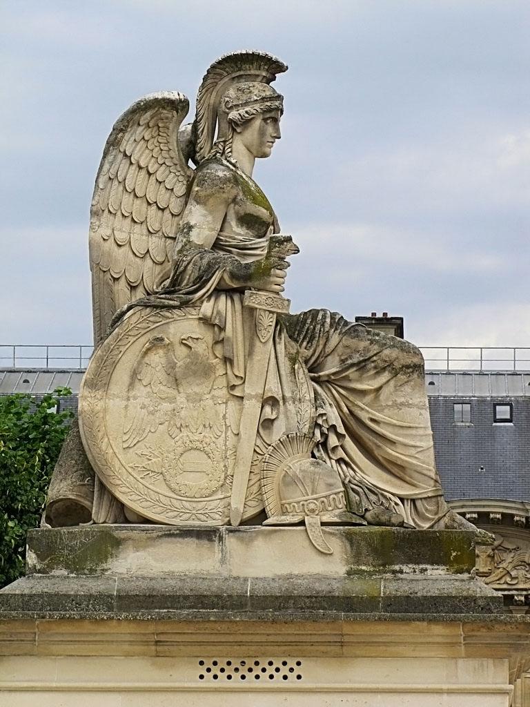 Скульптура у малой Триумфальной арки (площадь Каррузель, Париж) - 2 снимка
