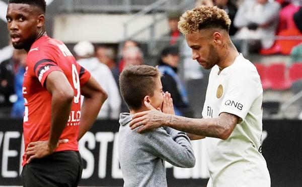 Неймар отдал юному болельщику свою футболку после победы ПСЖ над «Ренном»