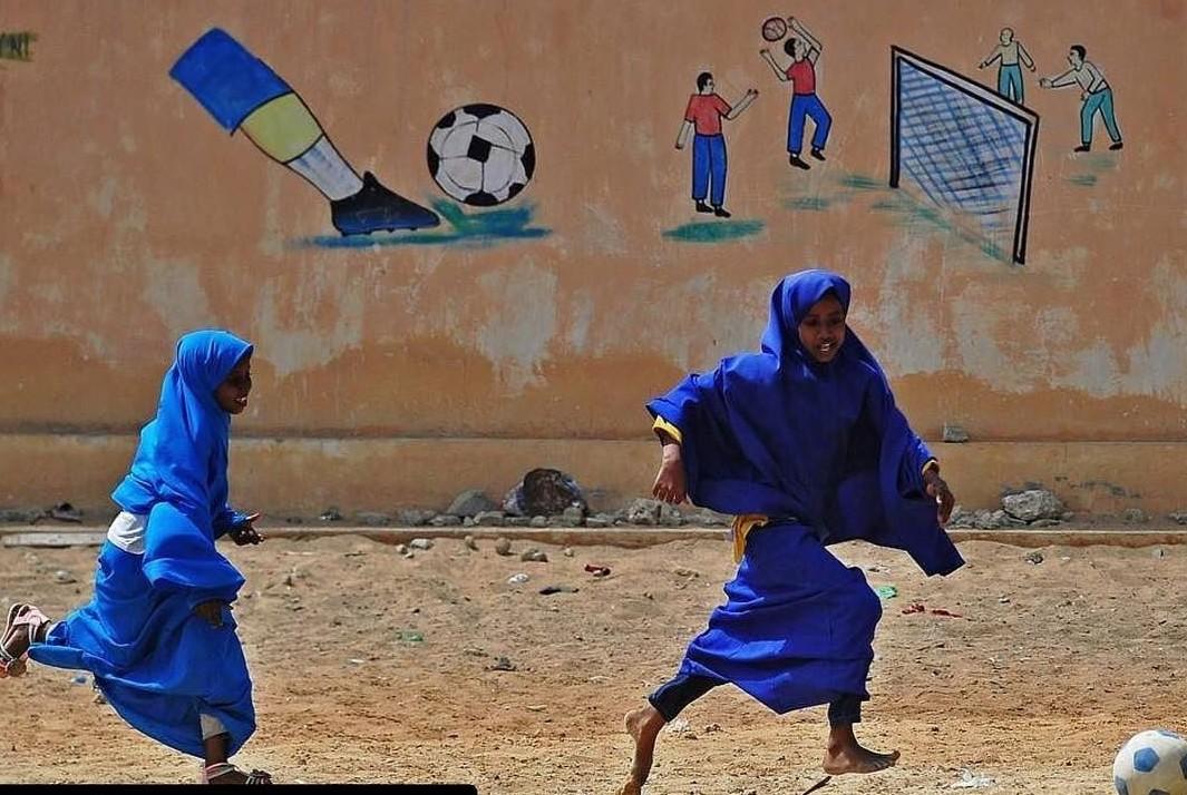 Даже девочки обожают играть в футбол Могадишо, жители Сомали, сомали