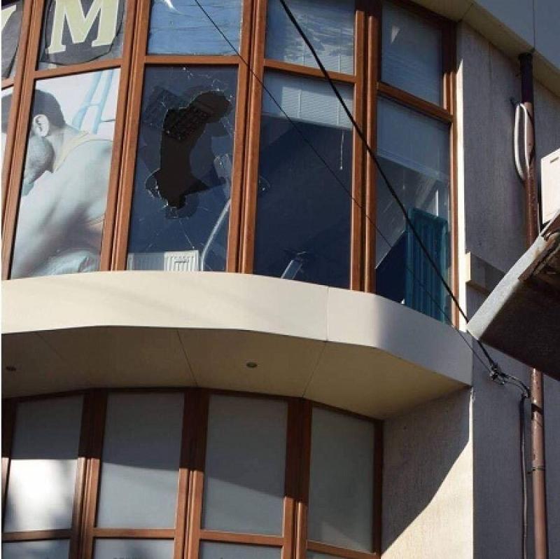В Херсоне подожгли офис Порошенко и развесили скандальные листовки