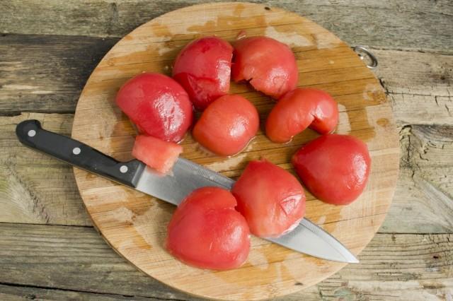 Разрезаем помидоры и удаляем плодоножку