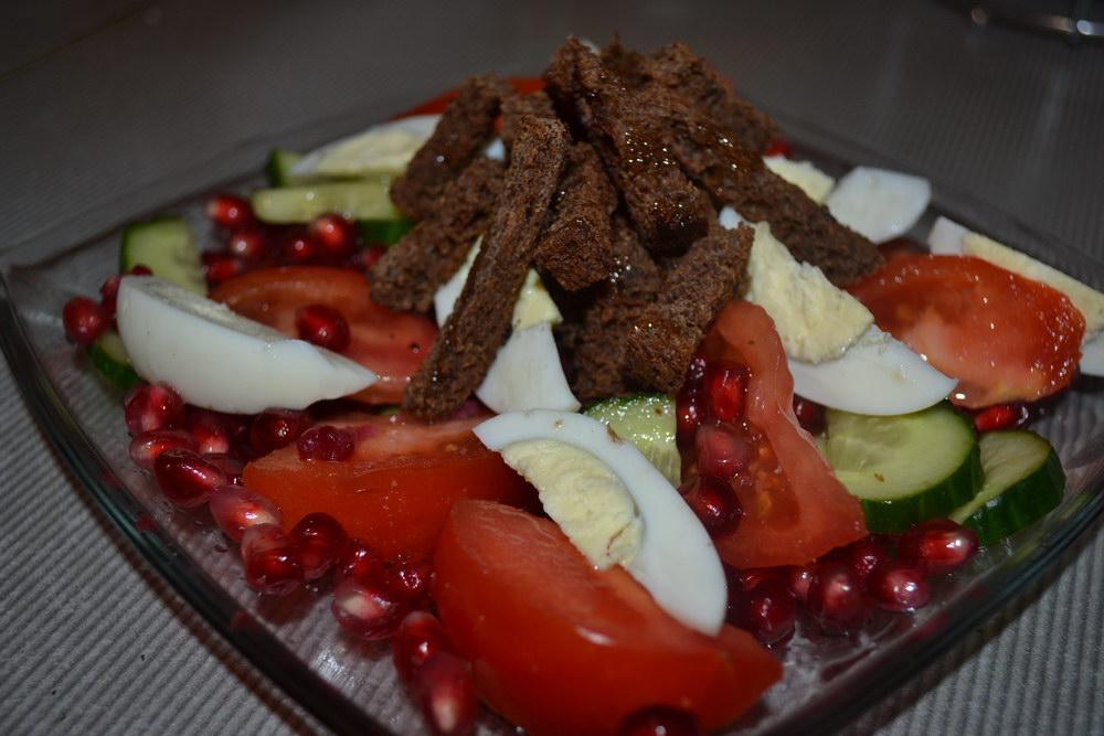 Салат с гренками из бородинс…