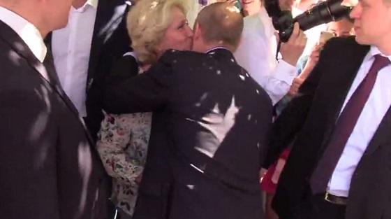 Прохожая поцеловала Путина на Арбате