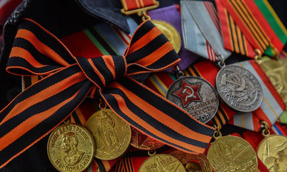 День Победы без георгиевской ленты: на Украине запретили «коммунистическую символику»