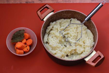 Kartoffelsuppe (немецкий картофельный суп с жареными колбасками): фото шаг 4