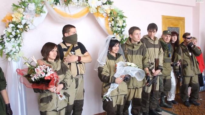 Защитники Новороссии играют свадьбы не снимая полевой формы