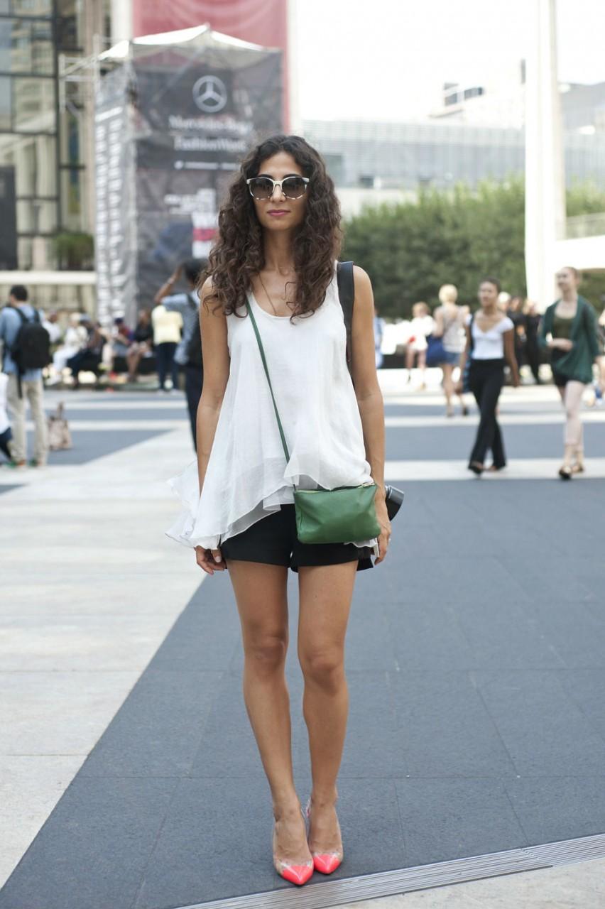 Девушка с маленькой сумочкой и шортах