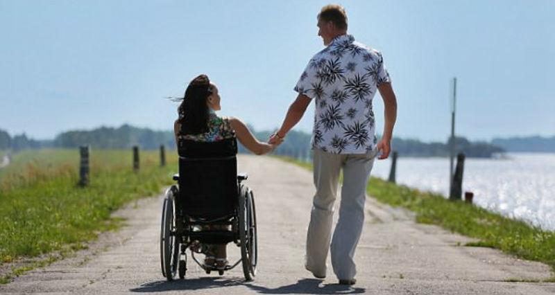 Люди с инвалидностью рассказывают, как их вторые половинки проявляют любовь