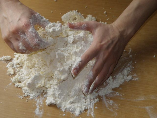 выкладываем на стол для замеса теста. пошаговое фото приготовления творожного печенья