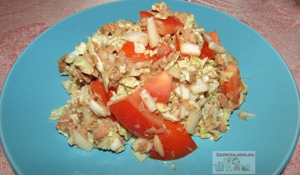 Салат с тунцом, пекинской капустой и помидорами