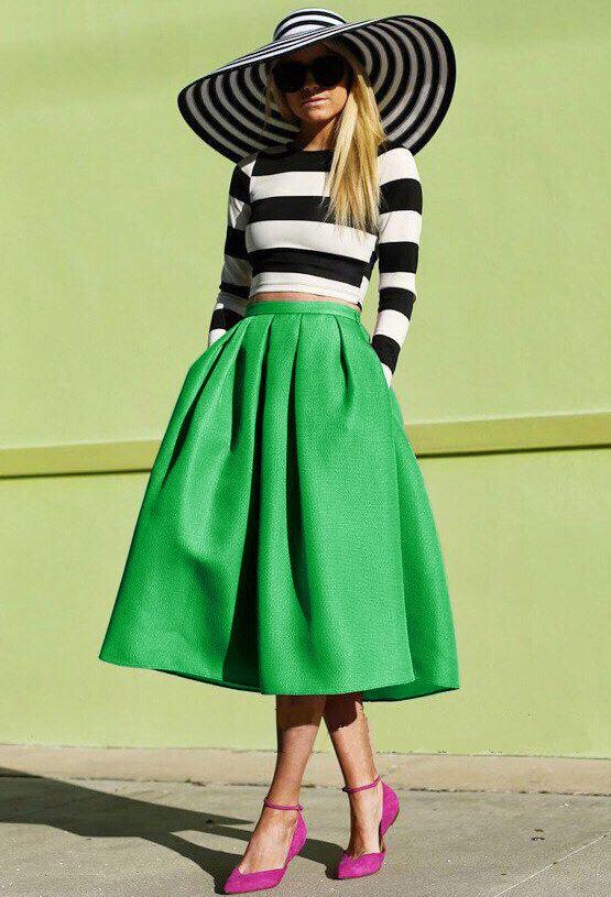 Зеленая юбка и аккуратные розовые туфли