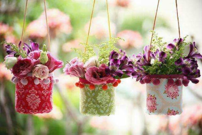 Подвесные вазоны для цветов.
