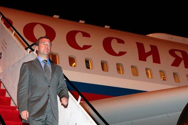Медведев: Кабмин РФ поддерживает авиакомпании, которые летают на современных российских самолетах