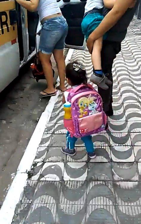 Пушистая контрабанда: деловая девочка, собираясь в школу, не забыла положить в портфель… щенка! Видео-милота