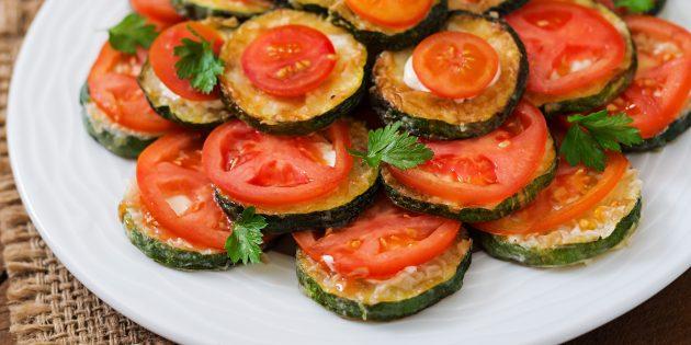 Жареные кабачки с майонезом, сыром и помидорами