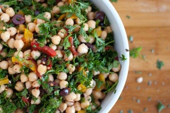 Привет из Греции: салат из нута, перца и оливок для истинных гурманов!