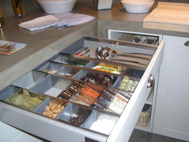 В одном выдвижном ящике могут хранится специи в баночках и открытые