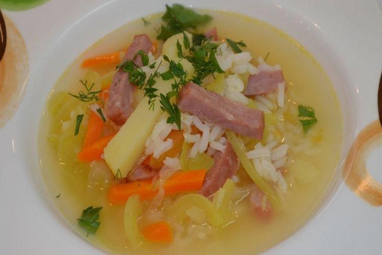 Суп с рисом и колбасой