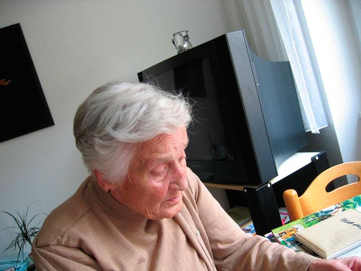 Сын увёз старушку в дом престарелых